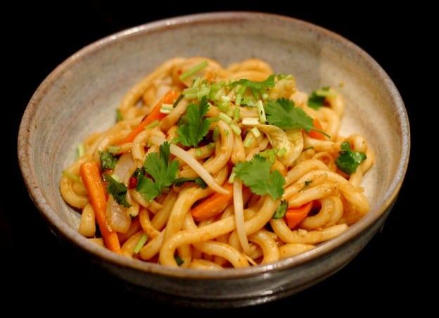 Udons sautés aux légumes et aux épices thaï