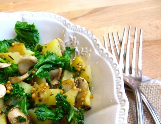 Poêlée de chou kale, panais et champignons aux graines de moutarde et macis